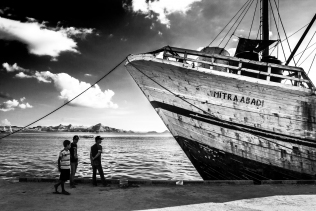 Loading of the Mitraabadi, Flores Indonesia